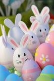 Huevos de Pascua y juguetes del conejito Imágenes de archivo libres de regalías