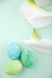 Huevos de Pascua y lirios de cala Imagenes de archivo