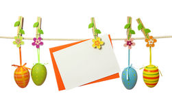 Huevos de Pascua y nota en blanco Fotos de archivo libres de regalías