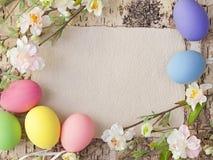 Huevos de Pascua y nota en blanco Fotos de archivo