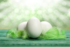 Huevos de Pascua y penachos del verde Fotos de archivo libres de regalías
