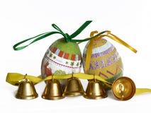 Huevos de Pascua y pequeñas campanas Imagenes de archivo