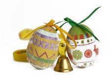 Huevos de Pascua y poca campana Fotos de archivo libres de regalías