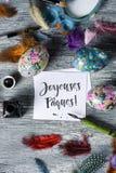 Huevos de Pascua y texto adornados pascua feliz Foto de archivo