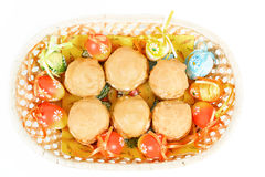 Huevos de Pascua y tortas dulces hechas en casa en cesta Fotos de archivo libres de regalías