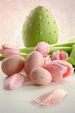 Huevos de Pascua y tulipanes rosados con la sensación del vintage Fotografía de archivo libre de regalías