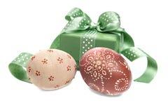 Huevos de Pascua y una caja de regalo Imágenes de archivo libres de regalías
