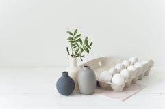 Huevos de Pascua y vazes Imagen de archivo libre de regalías