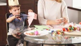 Huevos de pintura de la familia para el día de fiesta de Pascua almacen de video