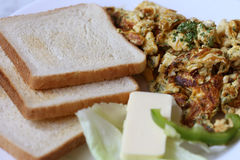 Huevos de Scambled con la tostada Fotos de archivo libres de regalías