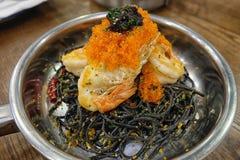 Huevos del camarón de los espaguetis con el camarón Foto de archivo libre de regalías