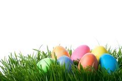 Huevos del color de Pascua en hierba verde Fotos de archivo libres de regalías