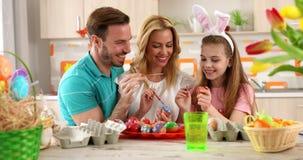 """Huevos del colorante de la familia del †de la pintura de Pascua """" almacen de metraje de vídeo"""
