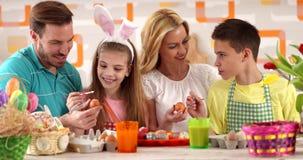 "Huevos del colorante de la familia del †de la pintura de Pascua "" almacen de video"