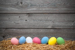 Huevos del comedor en viejo fondo de madera Fotografía de archivo