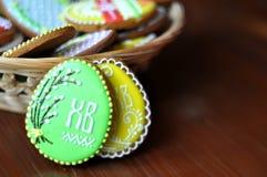 Huevos del pan de jengibre en la tabla Imágenes de archivo libres de regalías