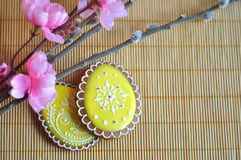 Huevos del pan de jengibre en la tabla Imagen de archivo libre de regalías