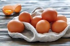 Huevos del pollo de Brown en una toalla de lino Fotografía de archivo