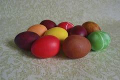 Huevos del pollo de Pascua con los modelos Imágenes de archivo libres de regalías