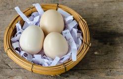 Huevos del pollo en cesta de mimbre Fotografía de archivo