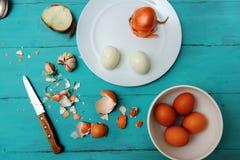 Huevos del pollo en la tabla de madera imagen de archivo libre de regalías