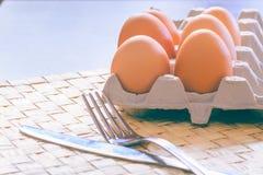 Huevos del pollo en la tabla Desayuno de la mañana Imagen de archivo libre de regalías