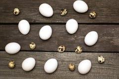 Huevos del pollo en la tabla rústica de madera Visión superior Imagen de archivo
