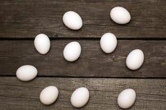 Huevos del pollo en la tabla rústica de madera Visión superior Fotografía de archivo libre de regalías