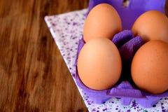 Huevos del pollo en una caja del cartón Imagen de archivo
