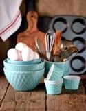 Huevos del pollo y accesorios orgánicos de la cocina para hacer las magdalenas Estilo rústico Fondo de madera Imagen de archivo
