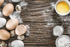 Huevos del pollo y de codornices Ingredientes para cocinar Vector de madera T Fotografía de archivo libre de regalías