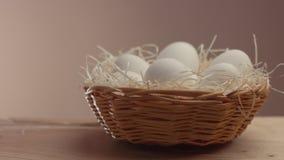 Huevos del primer del movemet de la cacerola en una cesta metrajes