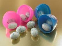 Huevos dentro de los huevos imágenes de archivo libres de regalías