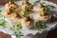Huevos deviled picantes adornados con las aceitunas verdes y el perejil Foto de archivo libre de regalías