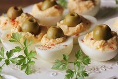 Huevos deviled picantes adornados con las aceitunas verdes y el perejil Fotos de archivo libres de regalías