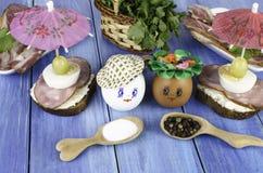 Huevos divertidos en el sombrero y la guirnalda Imagenes de archivo
