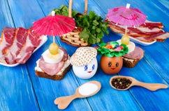 Huevos divertidos en el sombrero y la guirnalda Fotografía de archivo