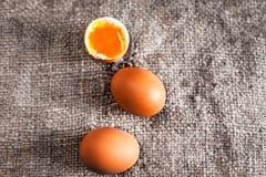 Huevos duros con la yema de huevo anaranjada en estilo rústico en cierre de madera del fondo para arriba Fotos de archivo libres de regalías