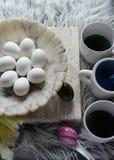 8 huevos duros en el cuenco de mármol Imagen de archivo