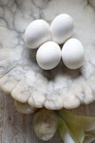 4 huevos duros en el cuenco de mármol Imagenes de archivo