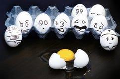 Huevos emocionales divertidos que lloran y que ríen en caja Imagen de archivo