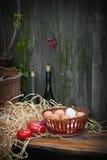 Huevos en cesta de mimbre fotos de archivo