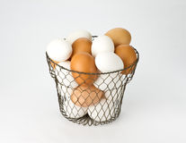 Huevos en cesta del huevo de la vendimia del alambre Fotografía de archivo
