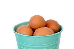 Huevos en cubo verde Foto de archivo
