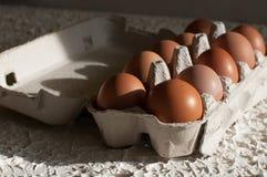 Huevos en el blanco del paquete en la tabla Fotos de archivo libres de regalías