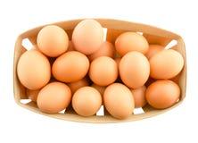 Huevos en el boox de madera aislado en blanco Fotografía de archivo libre de regalías