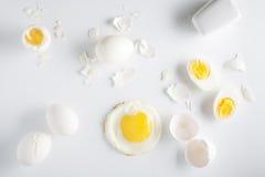 Huevos en el fondo blanco Visión de arriba Imagen de archivo