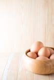 Huevos en fondo de madera Fotografía de archivo