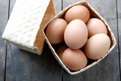 Huevos en la armadura de la caja Foto de archivo libre de regalías