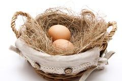 Huevos en la cesta con el heno Fotos de archivo libres de regalías